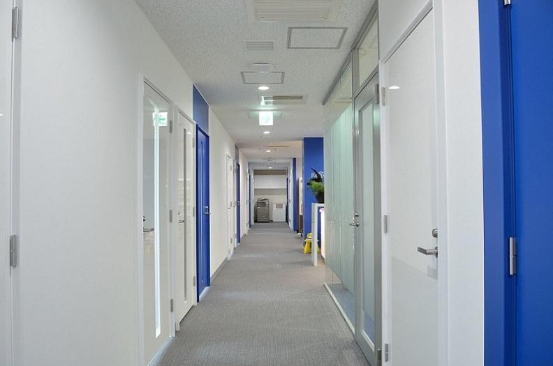 レンタルオフィス「リージャスアクア青森スクエア」の廊下