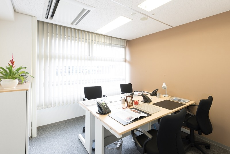 レンタルオフィス「リージャス岡山第一セントラル」の個室(4人用)