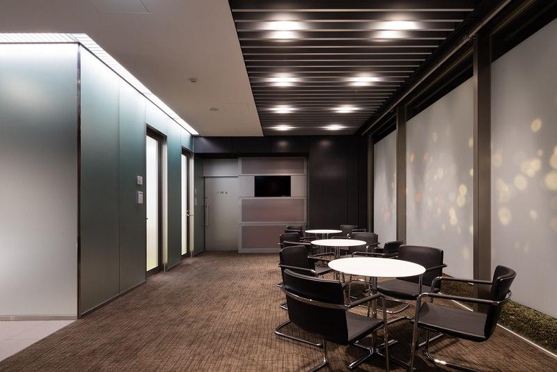レンタルオフィス「クロスオフィス三田」のミーティングコーナー